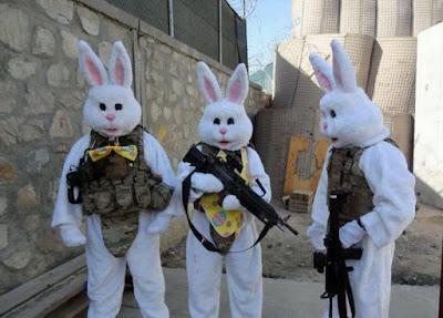 Lustiges Soldaten Bild zu Ostern bewaffnete Osterhasen im Krisengebiet