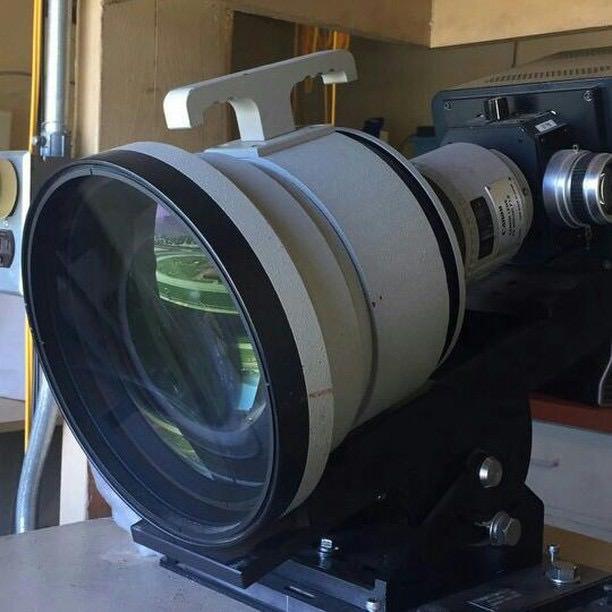 Canon PE 300mm f/1.8 обладает огромным передним элементом