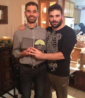 Ο Βαγγέλης Αυγουλάς μαζί με τον Παντελή Παντελίδη και το υπογεγραμμένο cd