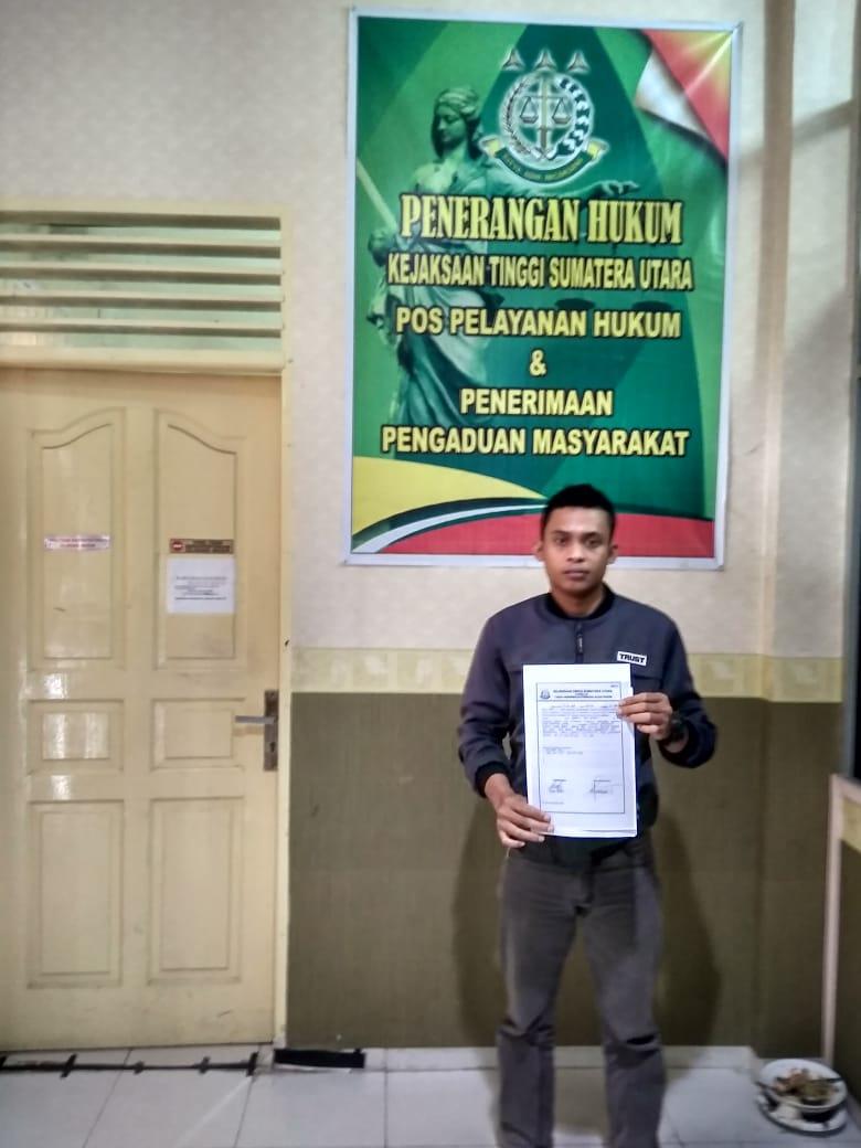 Henri Pengurus PC HIMMAH Simalungun menunjukkan bukti laporan.
