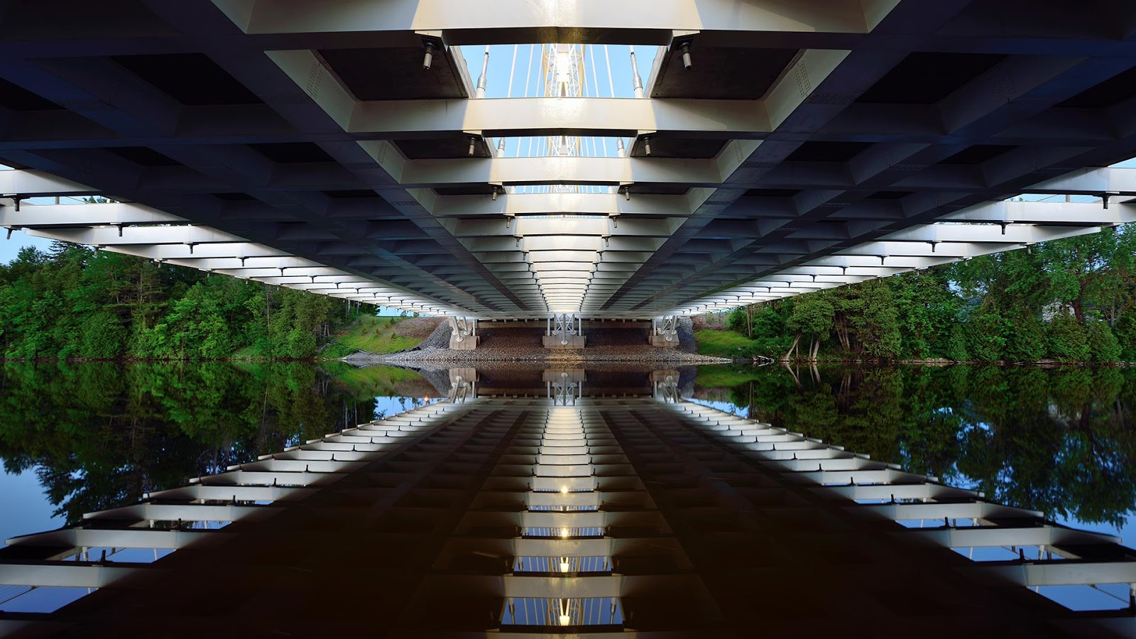 Reflection of the Vimy Memorial Bridge in Ottawa © Saffron Blaze/Getty Images