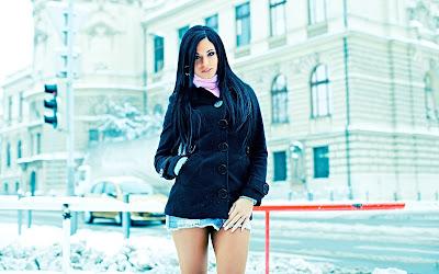 Chica con mini falda en la calle con nieve