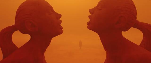 Blade Runner 2049 - Fotograma del desierto radiactivo ése que está lleno de estatuas sexis