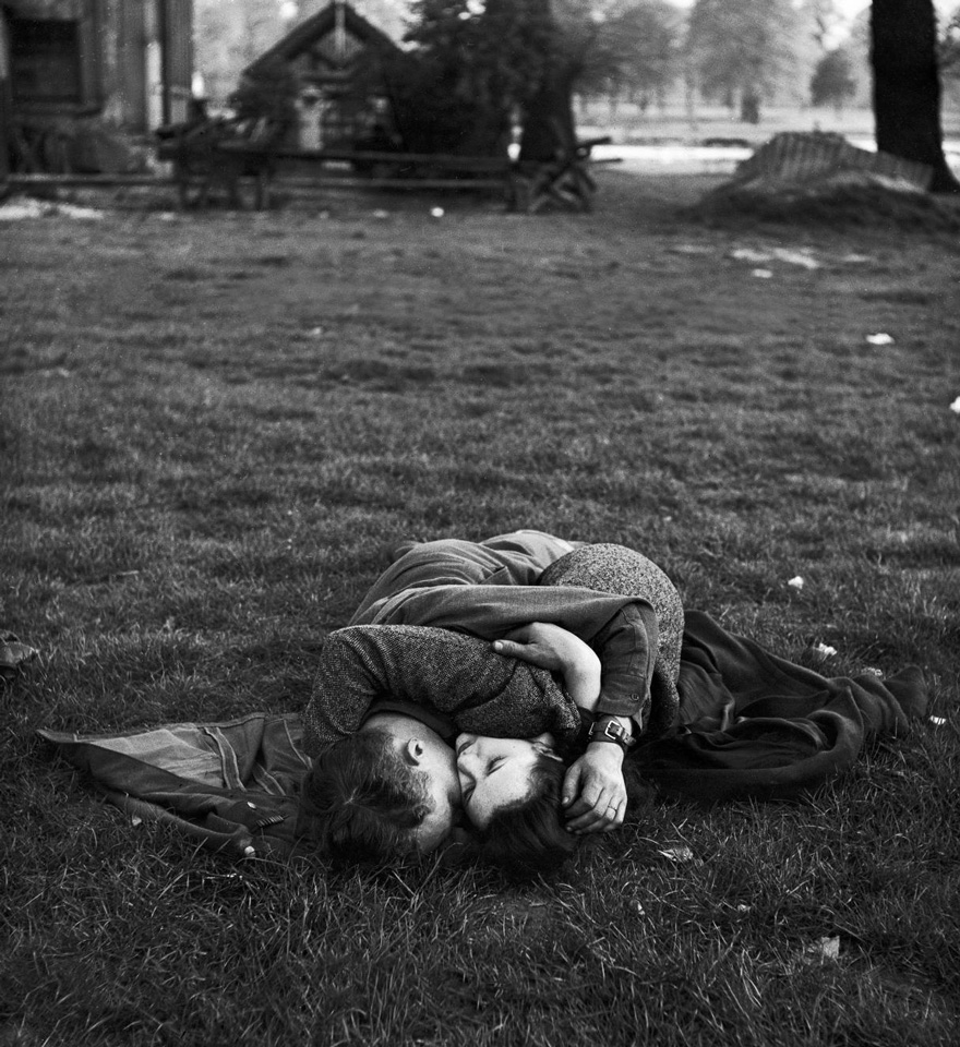 60 + 1 Heart-Warming Historical Pictures That Illustrate Love During War - American Soldier Kissing His English Girlfriend On Lawn In Hyde Park, 1945