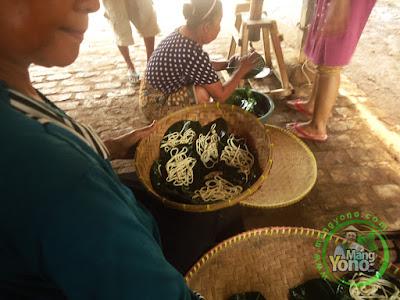 FOTO 4 :   Hasil cetak Kutu Mayang dimasukan ke kukusan bambu untuk dikukus