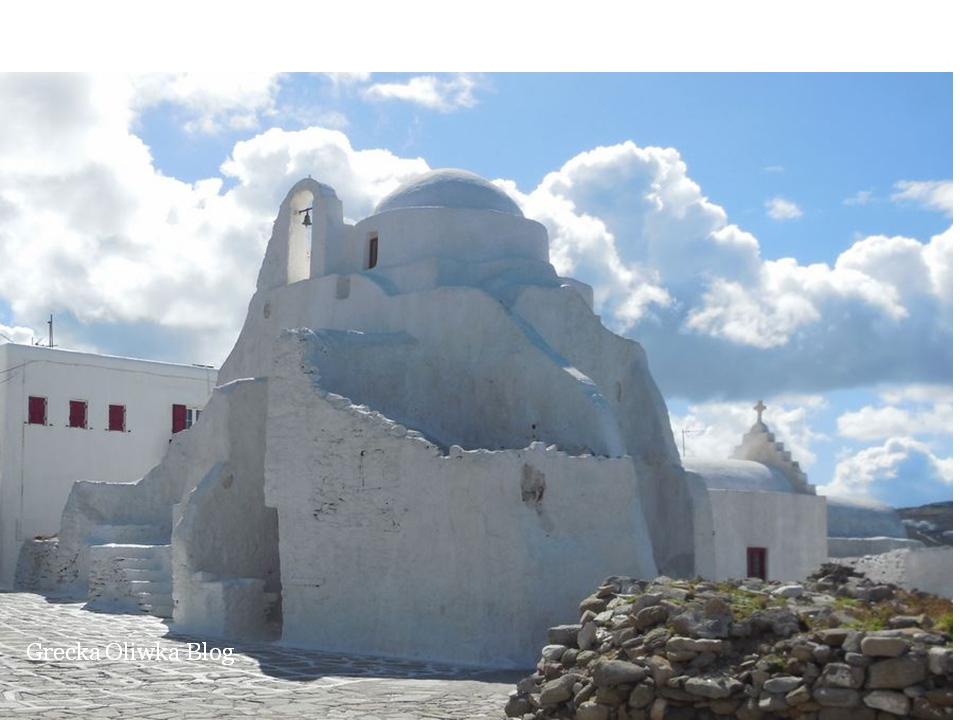 biała cerkiew Paraportiani Mykonos na tle błękitnego  nieba