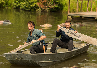 Rick Grimes (Andrew Lincoln) ed Aaron (Ross Marquand) nell'episodio 8