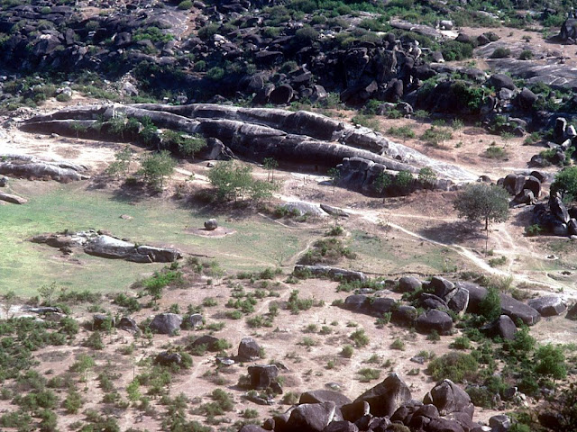 пещеры Барабар  Индия  Barabar Caves, India  Примерно в 35 км к северо-востоку от г.Гая (штат Бихар) посреди абсолютно плоской желто-зеленой равнины возвышается невысокая скалистая гряда протяженностью около 3 км.   Эти пещеры прорезаны в граните насыщенном кварцем, большинство законченных пещер имеют отполированые внутренние стены, их особенность это отражение звука. В пещере создается многократное эхо которое периодично меняет тональность звучания.             В ее центральной части находится известная своими древнейшими в Индии рукотворными пещерами группа скалистых возвышенностей, которые называются Барабар (Barabar(Banawar) Hill). Примерно в полутора километрах от них на восток находится еще одно место расположения подобных пещер, относящихся к одному с Барабаром историческому периоду – скалистый холм Нагарджуни (Nagarjuni Hill).  Чаще всего оба эти места упоминаются под одним обобщающим названием: «Пещеры Барабар» (Barabar Caves). Группа «Барабар» состоит из четырех пещер, а группа «Нагарджуни» – из трех. Примерно в 35 км к северо-востоку от г.Гая (штат Бихар) посреди абсолютно плоской желто-зеленой равнины возвышается невысокая скалистая гряда протяженностью около 3 км.   Эти пещеры прорезаны в граните насыщенном кварцем, большинство законченных пещер имеют отполированые внутренние стены, их особенность это отражение звука. В пещере создается многократное эхо которое периодично меняет тональность звучания.             В ее центральной части находится известная своими древнейшими в Индии рукотворными пещерами группа скалистых возвышенностей, которые называются Барабар (Barabar(Banawar) Hill). Примерно в полутора километрах от них на восток находится еще одно место расположения подобных пещер, относящихся к одному с Барабаром историческому периоду – скалистый холм Нагарджуни (Nagarjuni Hill).  Чаще всего оба эти места упоминаются под одним обобщающим названием: «Пещеры Барабар» (Barabar Caves). Группа «Барабар» состоит из четырех пещер, а группа «Нагарджуни» – 