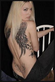 chica tatuada con alas en la espalda