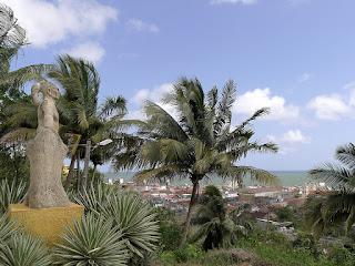 Kuba, Baracoa, Statue es Hatuey über Stadt und Bucht von Baracoa
