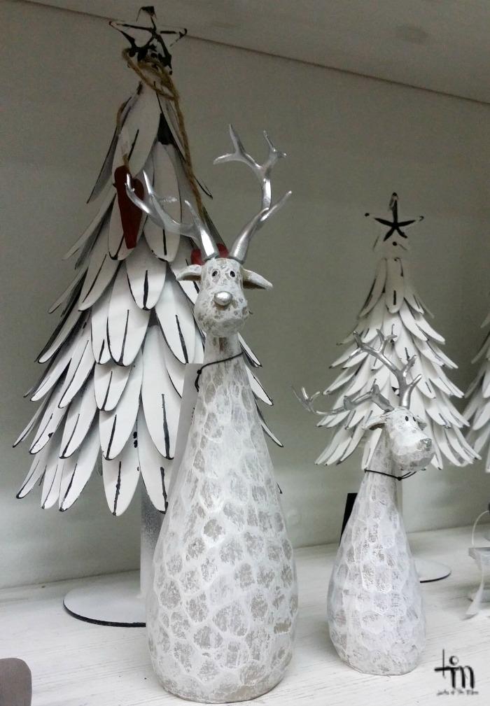 valkoinen metallinen joulukuusi ja porokoristeet