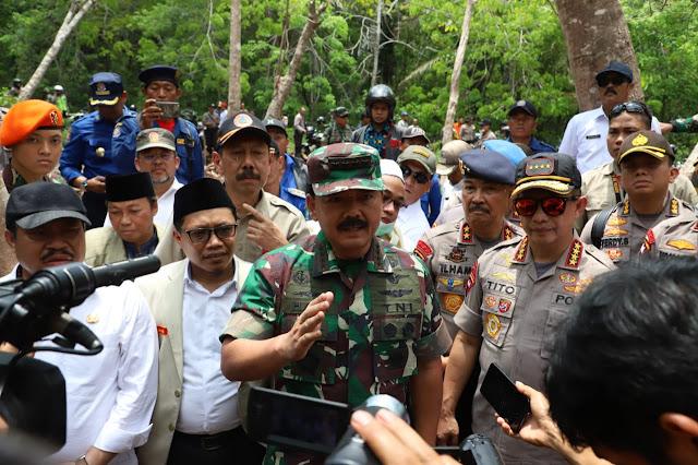 Panglima TNI Didampingi Kapolri Meninjau Lokasi Bekas Karhutla