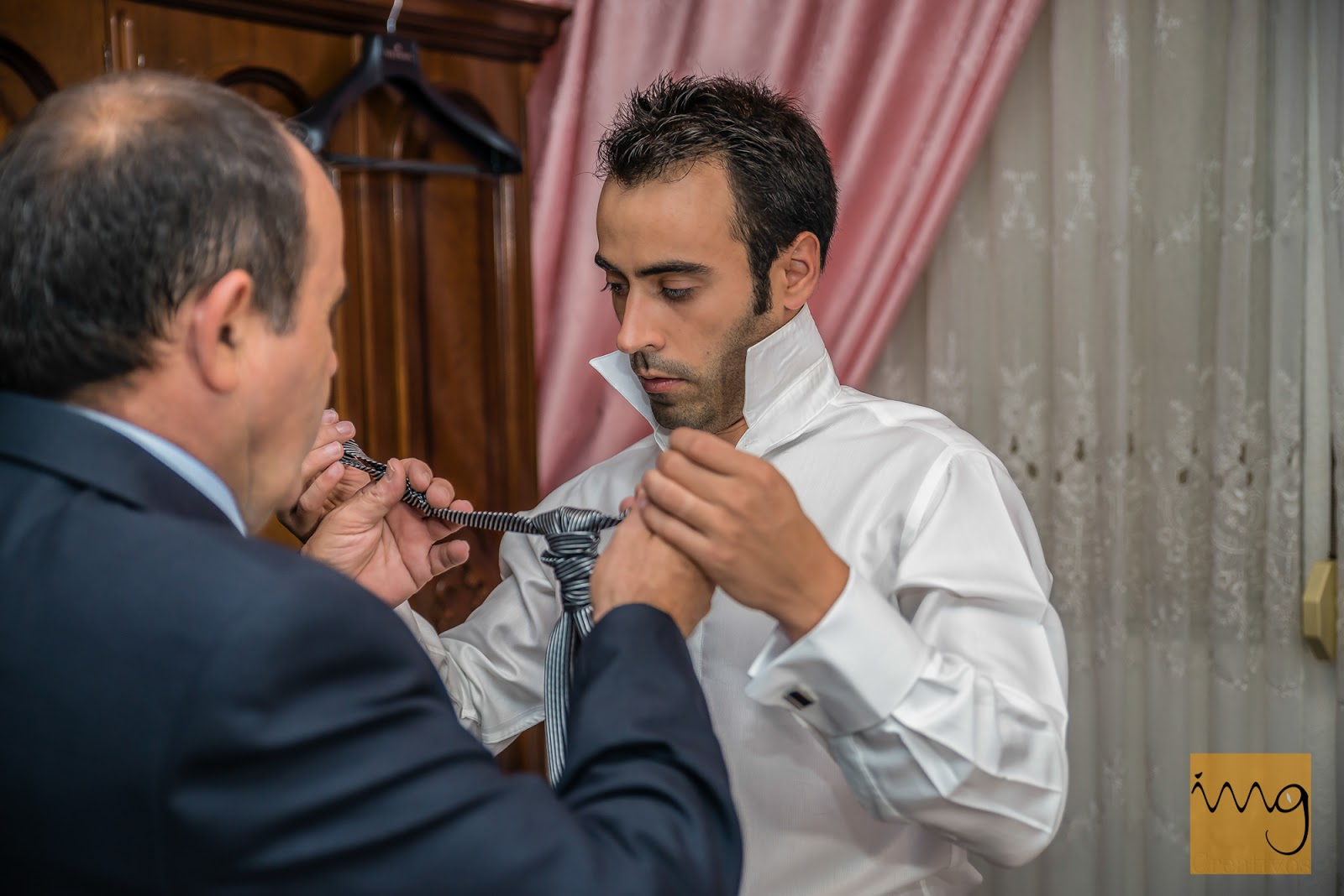 Fotografía de los preparativos del novio