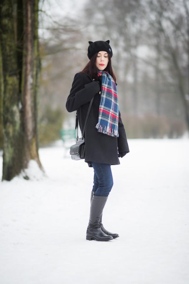 beret z kocimi uszami | kocia czapka | urocze nakrycie głowy | szal w kratę | jak ubrać się zimą? | stylizacja na zimę | elegancka zimą | blog modowy | blog o modzie | blog szafiarski | blogerka z Łodzi