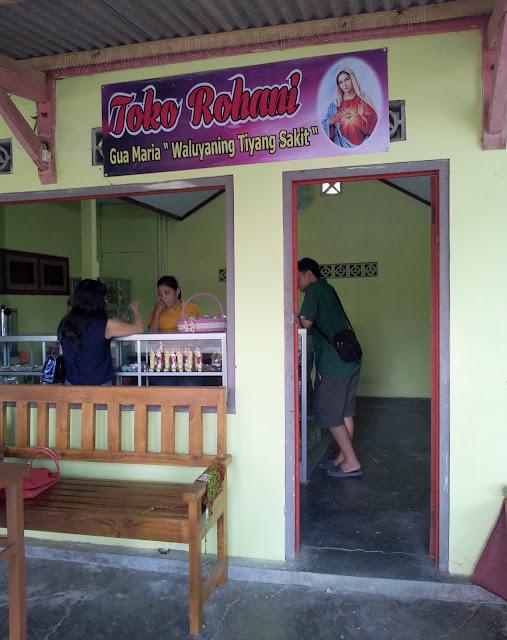 toko rohani di Gua Maria Jatiningrum, Curahjati, Banyuwangi.