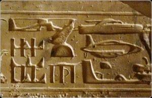 Aparte del supuesto helicóptero y submarino, puede verse una inscripción que posee una forma similar a un tanque de guerra. (Parte superior derecha de la imagen).