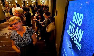 ノーベル文学賞受賞発表日のラスベガス・Chelseaシアターでボブディランコンサートに並ぶファンの行列