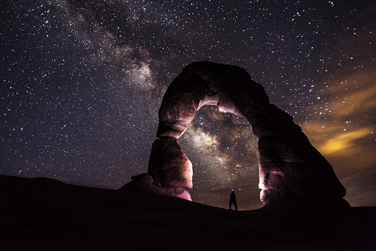 Arco de piedra bajo cielo estrellado