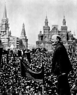 Lenin ante una masa enfervorecida.