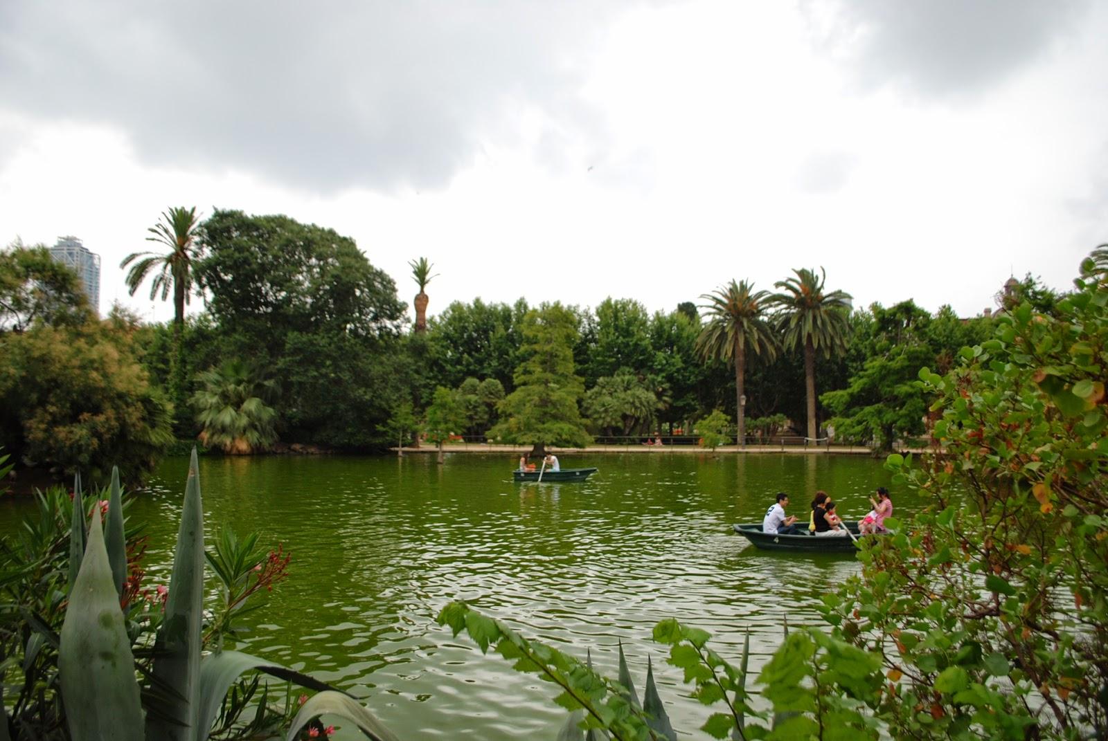 Озеро в паре Цитадели (Сьютаделья, Ciutadella), Барселона, Каталония, Испания. Lake in parc de la Ciutadella, Barcelona, Catalonia, Spain