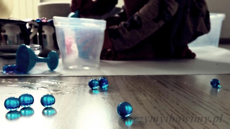 Zabawa z hydrożelem   zabawy sensoryczne   ćwiczenia manipulacyjne   ćwiczenia manualne   zabawy z przedszkolakiem   zabawy z dwulatkiem