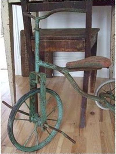 Sepeda roda tiga jadul dan usang bisa menghasilkan dekorasi rumah bernuansa vintage atau rustic.