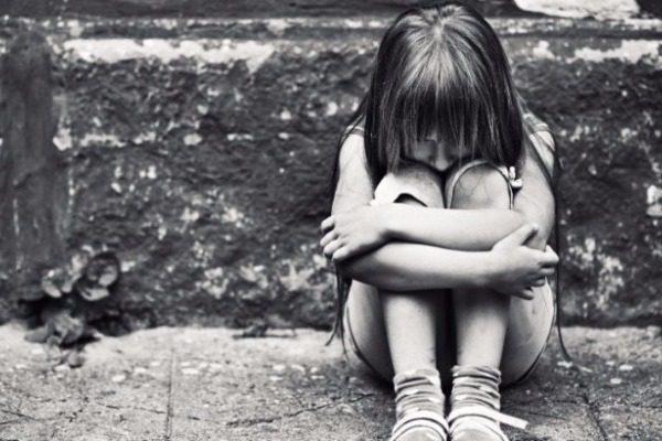 Νεαρό ζευγάρι βίαζε και φωτογράφιζε ένα 7χρονο κορίτσι