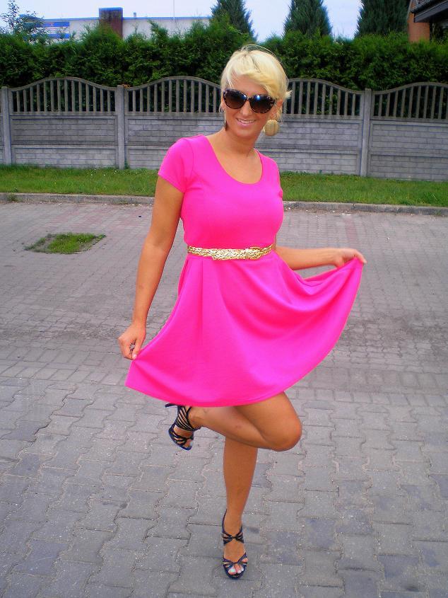 5d3c2d17fd Jako pierwsza rozkloszowana sukienka w kolorze fuksji. Kupiłam ją w second  handzie w rozmiarze 40 i przerobiłam u krawcowej. Zapłaciłam za nią 15 zł   ) Buty ...