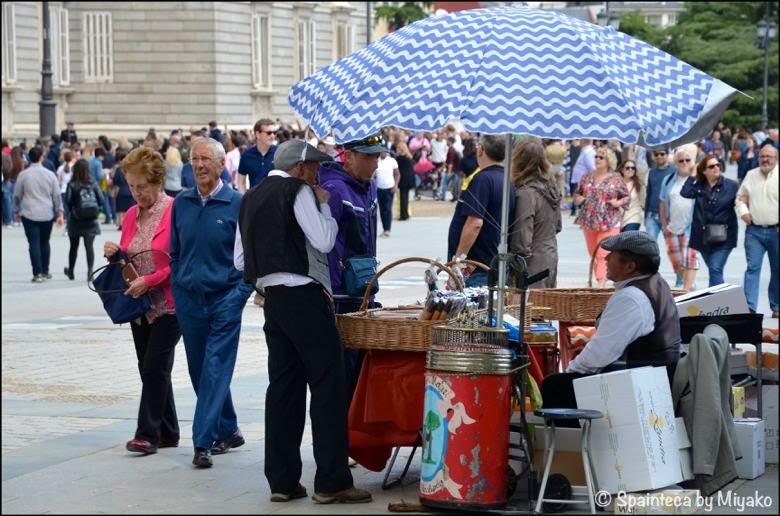 Fiestas de San Isidro en Madrid マドリード王宮前の伝統菓子バルキージョの露天商