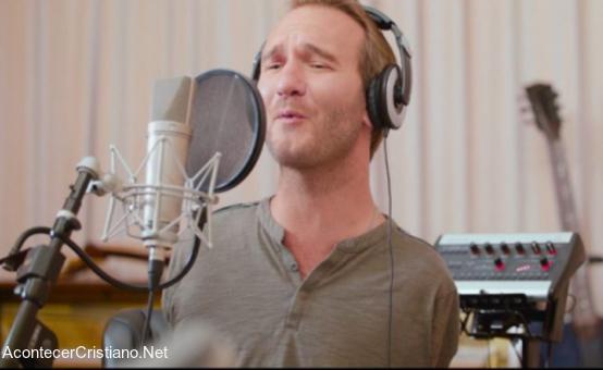 Nick Vujicic cantando para su disco de música