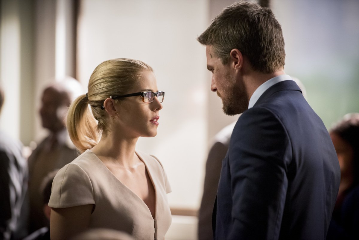 Emily Bett Rickards y Stephen Amell en Arrow de The CW