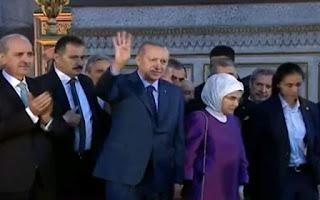 Ο Ερντογάν χαιρέτησε μουσουλμανικά μέσα στην Αγία Σοφία