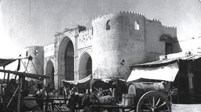 باب مكة من الخارج وفي المقدمة إحدى عربات نقل الماء 1916م