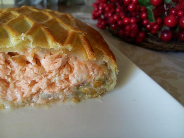 Corte-del-hojaldre-de-salmon-y-salsa-tartara