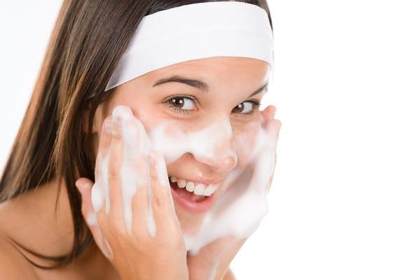 Image result for Gunakan air suam atau suhu bilik untuk mencuci muka