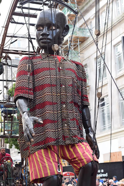 boy giant - Royal de luxe - giant spectacular