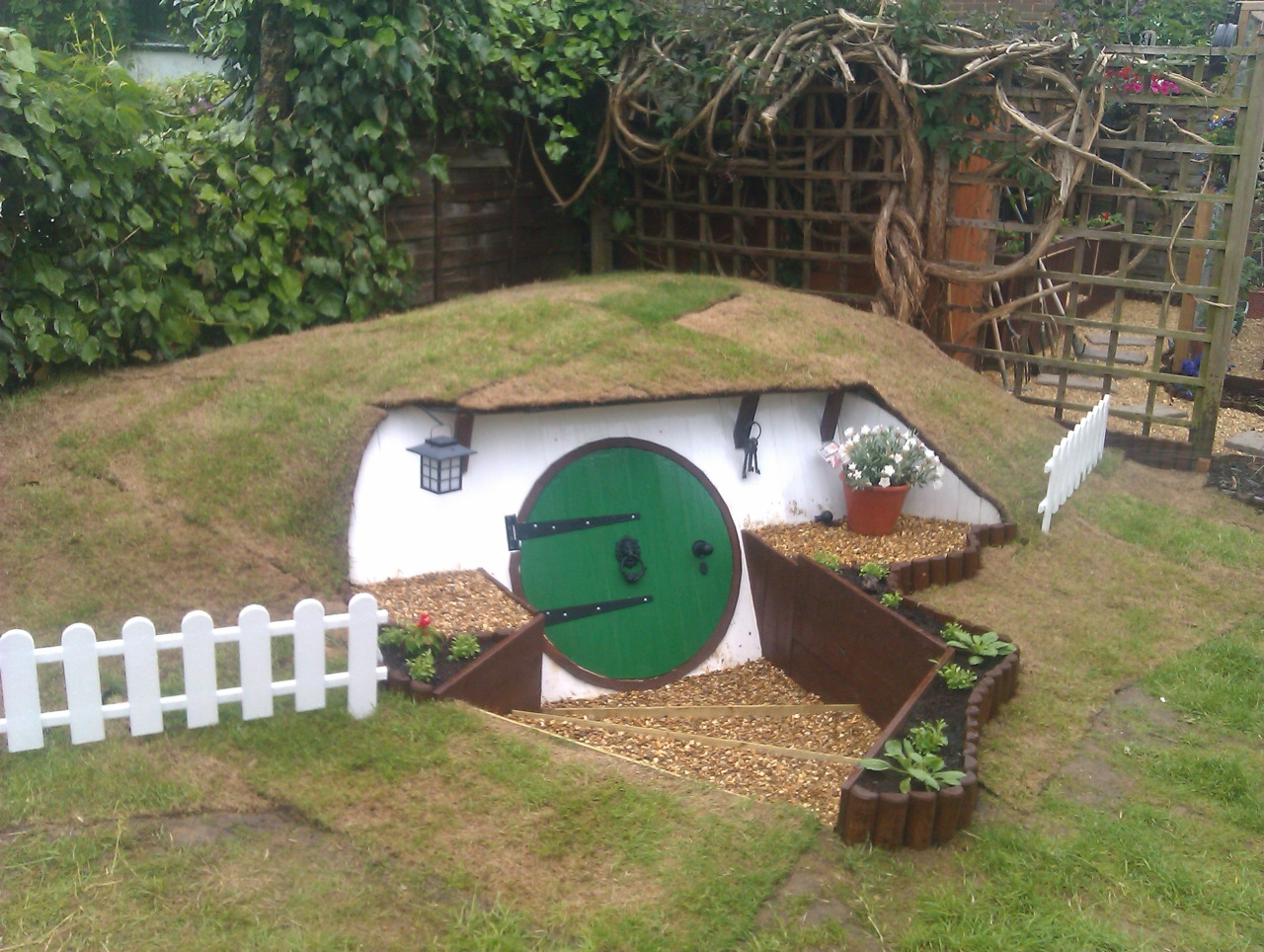 09-Ashley-Yeates-Architecture-with-the-Garden-Hobbit-Hole-www-designstack-co