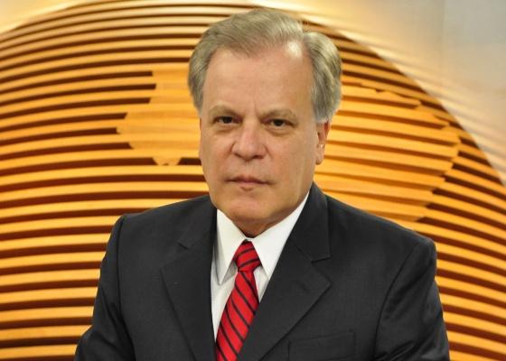 """O jornalista Chico Pinheiro, conhecido por seu bom humor, falou sério ao responder o internauta que o abordou. Pinheiro foi categórico: """"Processo de impeachment é político. E não vejo autoridade moral ou ética nos políticos que querem julgar a Presidente"""". Para justificar sua afirmação o jornalista afirmou ainda: """"Dos 65 deputados que compõem a comissão, mais de 40 tiveram seus nomes ligados às empresas investigadas na Lava Jato""""."""