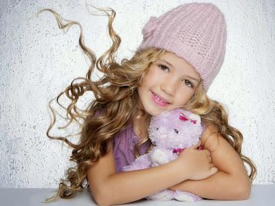 baby-girl-ile-oyuncak ayı-pic