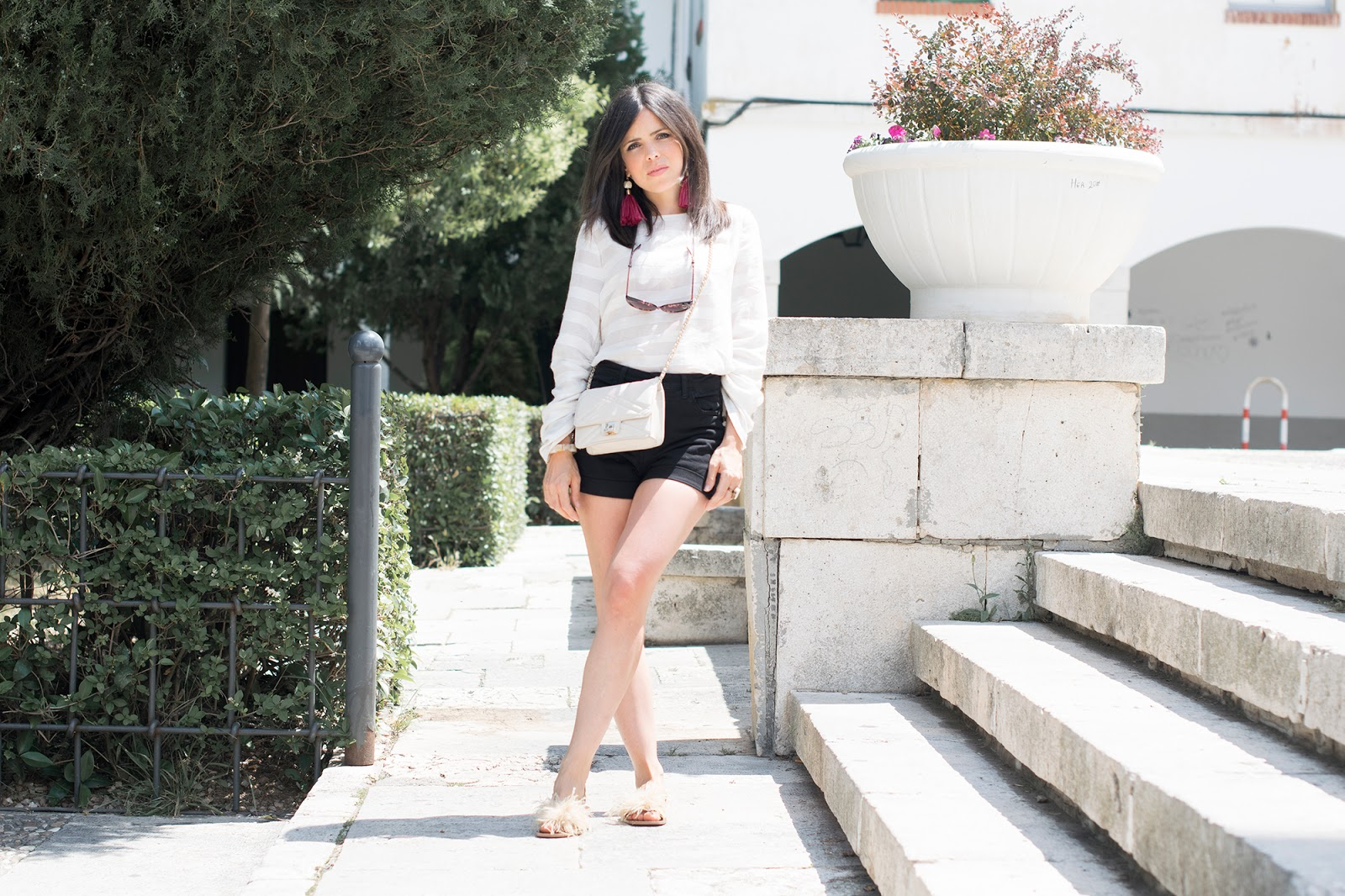 look con sandalias de plumas de Zara