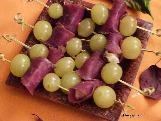 Brochettes raisin, gorgonzola et noix de boeuf