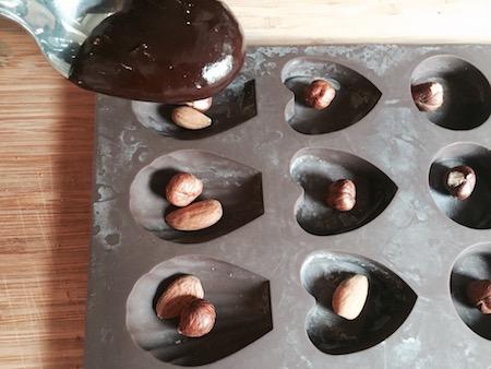 bonbons au chocolat avec des amandes et des noisettes