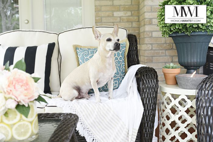 This outdoor patio makeover is amazing! The furniture, decor and details are so chic and understated.