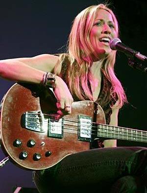 Foto de Sheryl Crow cantando en concierto