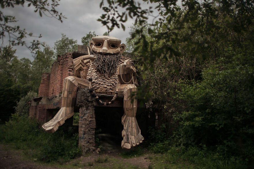 Guy Makes Giants From Wood And Hides Them In The Woods In Belgium