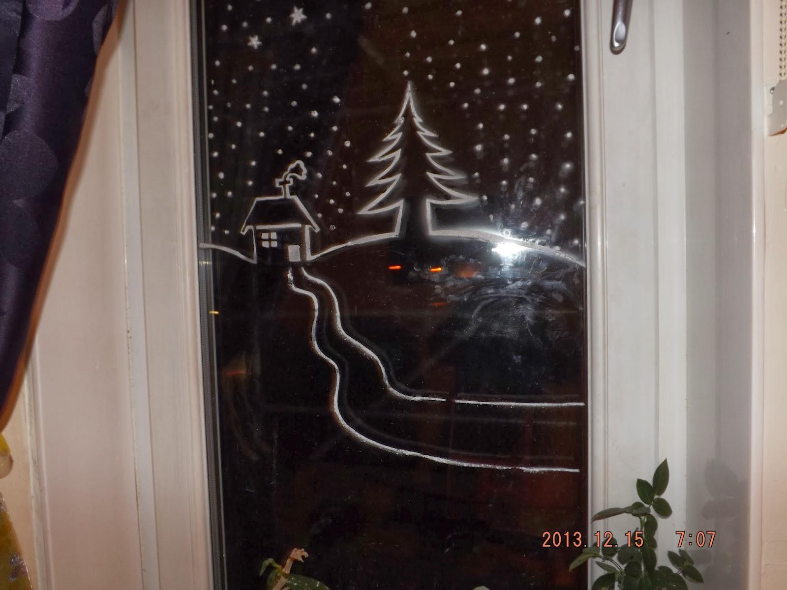 Karácsonyi ablakdísz műhó spray-vel, az út már tel lett fújva teljesen