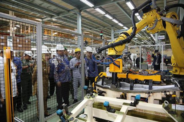 Menteri Perindustrian Airlangga Hartarto, saat melihat proses produksi di pabrik merek China Sokon yang sudah menggunakan robot.