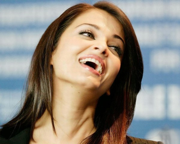 Latest Aishwarya Rai Smiling Hot Wallpaper
