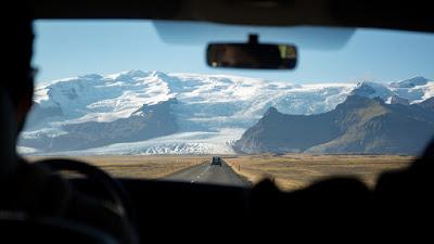 Hombre en coche de alquiler para conducir por Islandia