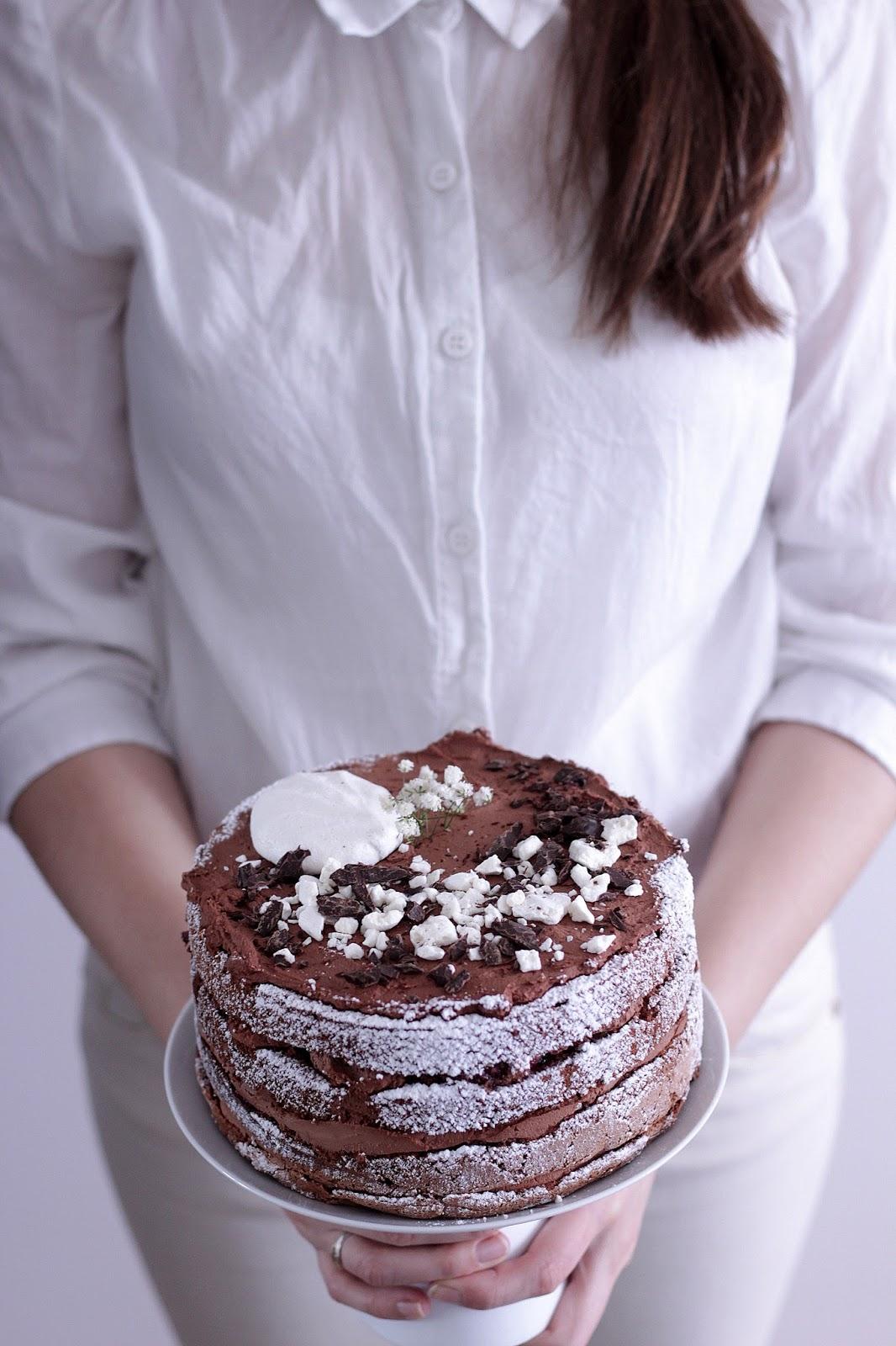 Happy Kitchen Rustykalny Tort Czekoladowo Porzeczkowy Z Bezą